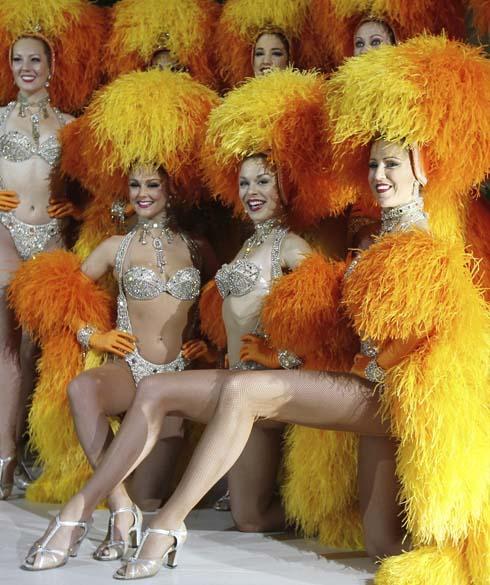 """Bailarinas francesas do """"Moulin Rouge"""" durante apresentação de """"Cancan"""" em Moscou, Rússia"""