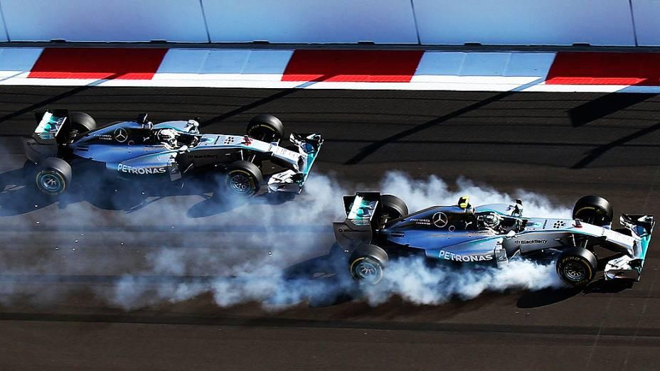 A briga que marcou a temporada: Nico Rosberg x Lewis Hamilton (na foto, brigando pela liderança no GP da Rússia, em Sochi)