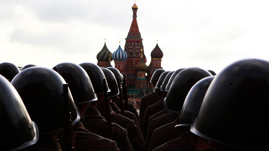 Militares russos participam de ensaio na Praça Vermelha, em Moscou, para desfile que lembra marcha de 1941 durante a Segunda Guerra Mundial