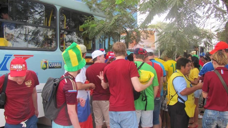 Russos aguardam ônibus com destino à Arena Pantanal, em Cuiabá