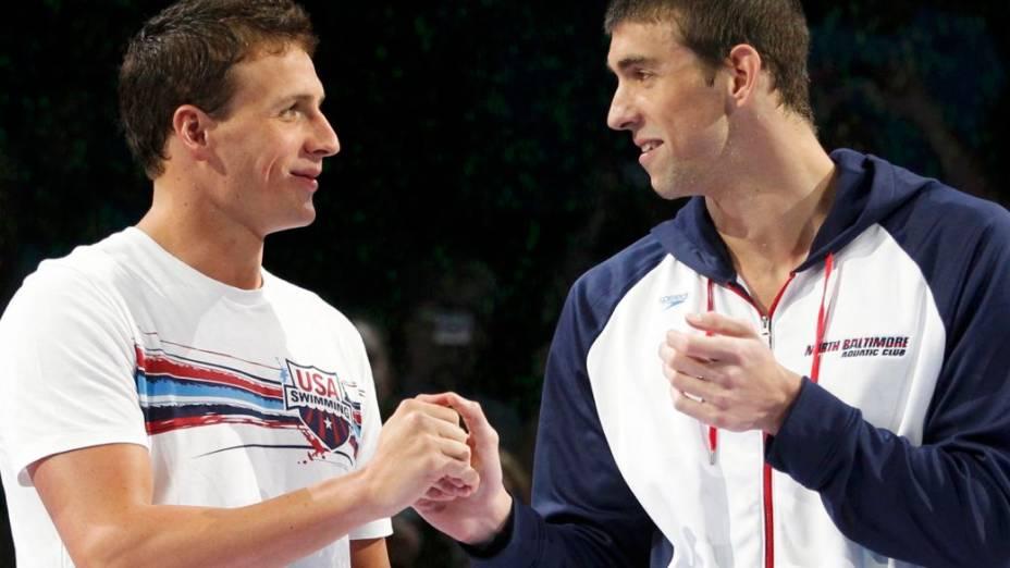 Ryan Lochte e Michael Phelps se cumprimentam depois dos 200 metros nado livre na seletiva olímpica americana. Phelps levou a melhor na prova