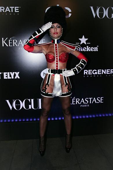 Sabrina Sato de soldado sensual (?) em baile da Vogue
