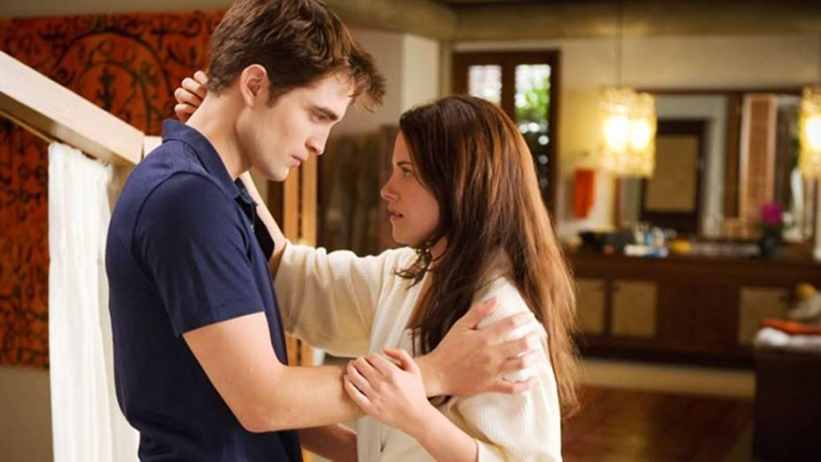 """Robert Pattinson (Edward Cullen) e Kristen Stewart (Bella Swan), personagens da saga <em>""""Crepúsculo""""</em>, adaptação para  o cinema dos livros da escritora Stephenie Meyer"""