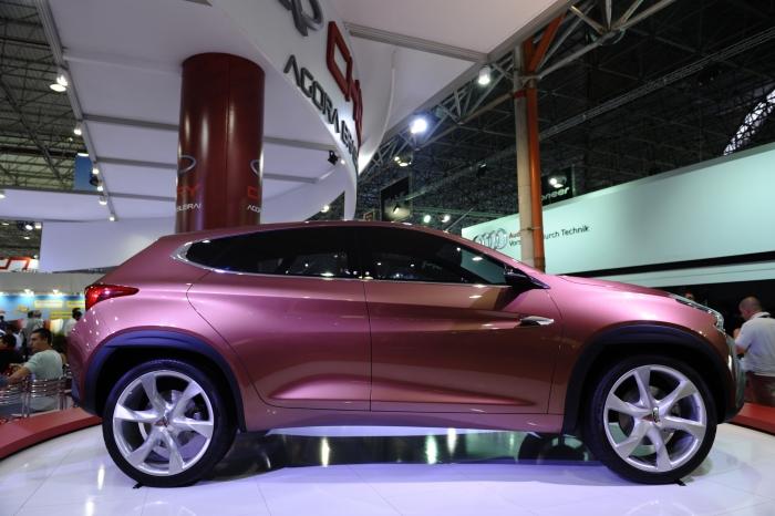 Chery TX - Foi uma das atrações da marca chinesa no Salão de Pequim, em abril. Mede mais de 4,4 metros de comprimento e exibe traços inspirados no movimento da água. Vem com motor 2.0 turbo, com 196 cv, câmbio CVT e itens de conforto, como direção hidráulica, e de segurança, incluindo airbags e freios com ABS. Segundo a montadora, ele pode vir a ser produzido dentro de três anos