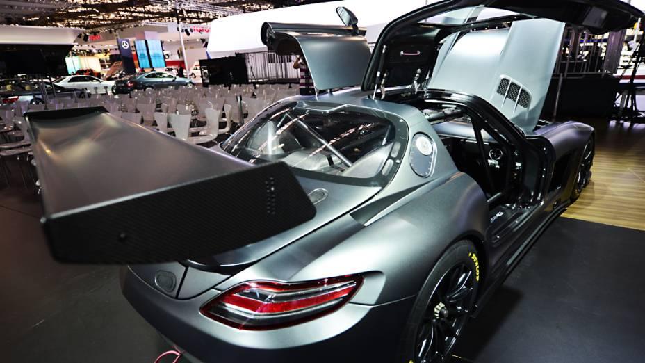 O superesportivo Mercedes SLS AMG GT3, edição especial que comemora os 45 anos da AMG: vencedor de várias provas do automobilismo alemão – categoria DTM – e também do Mundial da FIA. Serão só cinco unidade no planeta, equipadas com motor V8 AMG 6.3 litros. Uma unidade já foi vendida no Brasil