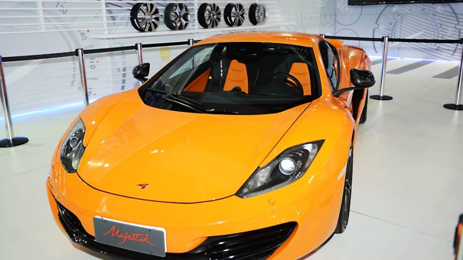 McLaren MP4-12C - O superesportivo britânico chega ao Brasil via importação independente e pode custar mais de 2 milhões de reais. Ele é empurrado por um V8 3.8 biturbo com 600 cv associado a um câmbio automático de dupla embreagem e sete marchas