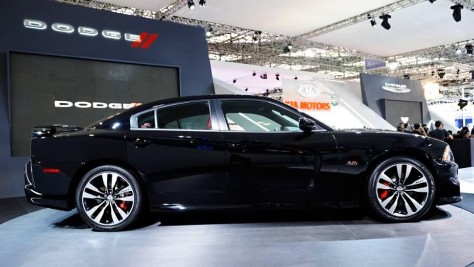 Dodge Charger SRT equipado com um V8 6.4 com 478 cv associado a uma transmissão manual de seis marchas e tração traseira.