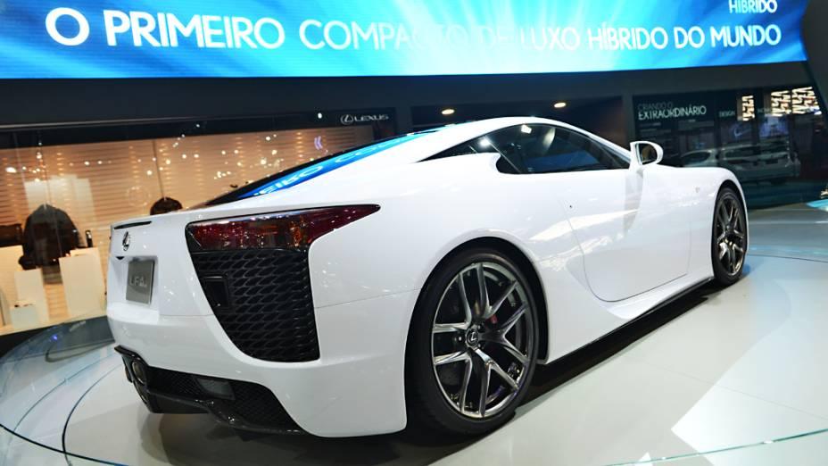 Lexus LFA - Ele vem equipado um V10 de 560 cv e que está associado a um câmbio automático de seis marchas. Este conjunto ajuda o superesportivo a alcançar 325 km/h e acelerar de 0 a 100 km/h em 3,6 segundos. Ao todo, segundo a Lexus, serão produzidos apenas 500 unidades do supercarro até o ano que vem