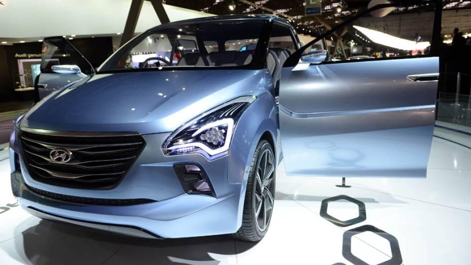 Hyundai Hexa Space - O nome refere-se aos oito assentos individuais oferecidos neste protótipo de minivan. As duas primeiras fileiras tem três bancos individuais, sendo que o do meio é recuado, e a última, dois. O acesso ao interior do carro é facilitado por portas que se destacam sustentadas por braços articulados. O motor que impulsiona a minivan é um 1.2 turbodiesel e que está associado a um câmbio de seis marchas