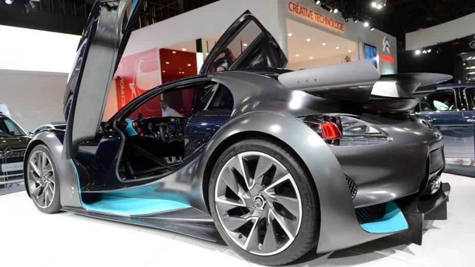 Citroën Survolt - Apresentado pela primeira vez no Salão de Genebra de 2010, este protótipo de carro de corrida elétrico tem dimensões compactas. Ele mede 3,85 metros de comprimento, 1,87 m de largura e 1,20 m de altura; e traz dois motores movidos a eletricidade que juntos, geram 300 cv. A aceleração de 0 a 100 km/h é feita em 5 segundos e ele atinge a velocidade máxima de 260 km/h. Para alimentar os motores duas baterias de íon-lítio de 140 kg cada uma garantem uma autonomia de cerca de 200 km rodados. A montadora afirma que elas podem ser recarregadas em apenas 2 horas em uma rede específica, ou 10 horas, em uma tomada de 220 V, da rede elétrica convencional