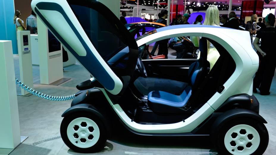 Renault Twizy - Parece um carrinho de brinquedo, mas é real. São dois lugares, um na frente do outro e um motor elétrico de 13 kW, o equivalente a 17,6 cv, montado na traseira. A autonomia varia de 70 km a 100 km e para recarregar as baterias é necessário plugá-lo em uma tomada de 220 Volts e esperar cerca de 3 horas. Custa cerca de 7.000 euros na Europa