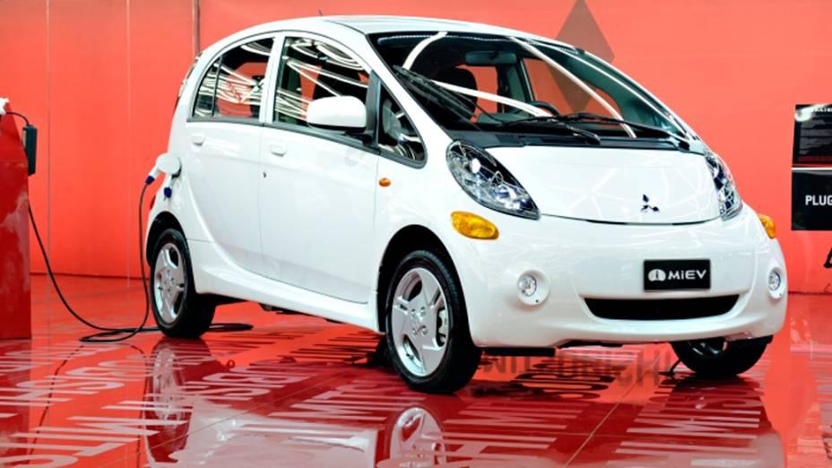 Mitsubishi i-MiEV - Está em testes no Brasil, à serviço de empresas estatais, e há, segundo a marca, 20 unidades disponíveis para compra pela bagatela de 200.000 reais cada uma. Usa um motor elétrico apto a gerar 47 kW, o equivalente a 63 cv, e capaz de alcançar autonomia de no mínimo 120 km. Seu preço no Japão parte de 23.000 dólares