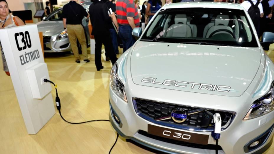 Volvo C30 Electric - Está no Brasil apenas para exposição. Trata-se de uma das unidades produzidas pela Volvo neste ano, de um total de 250. Ele é produzido na fábrica da Volvo de Ghent, na Suécia, e é transportado até Gotemburgo, onde recebe o conjunto motriz, as baterias e outros componentes. A aceleração de 0 a 100 km/h do C30 elétrico é feita em menos de 11 segundos e atinge a velocidade máxima de 130 km/h. A autonomia é de 163 km, mas a Volvo prefere aditar a distância de 150 km, como medida oficial