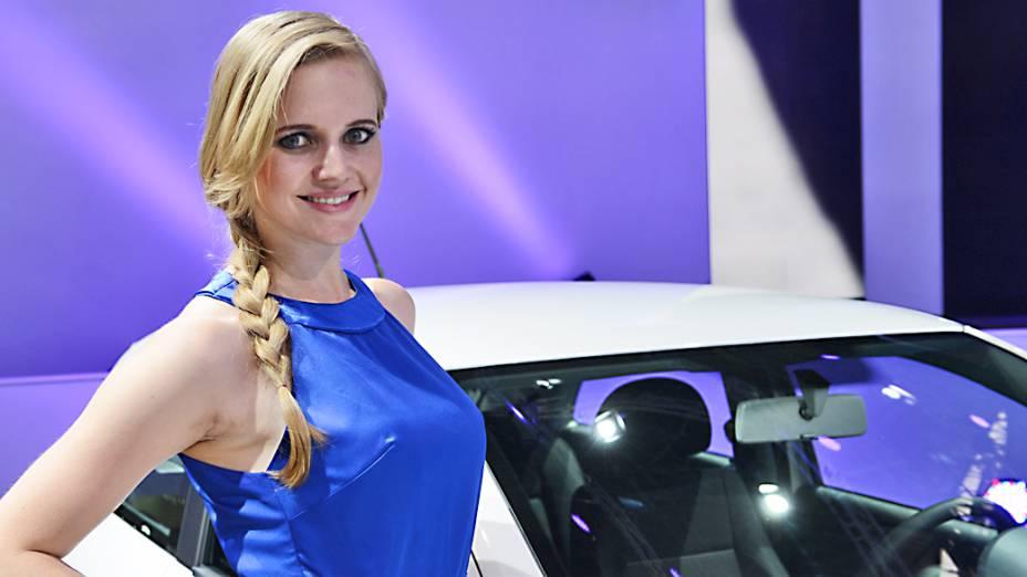 <br><br>  Belas mulheres exibem simpatia durante o 27° Salao do Automovel de Sao Paulo