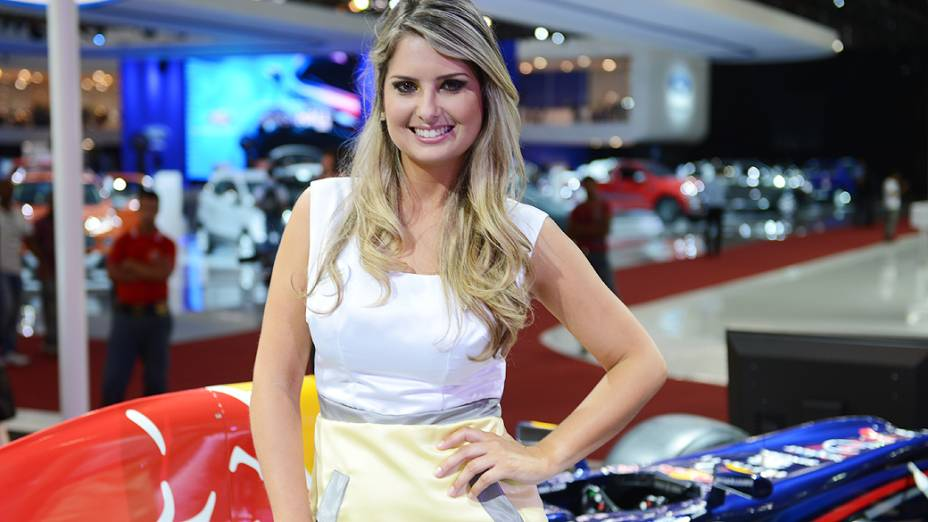 Belas mulheres exibem simpatia durante o 27° Salão do Automóvel no Anhembi em São Paulo
