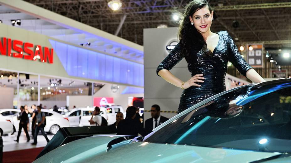 Belas mulheres exibem simpatia durante o 27° Salão do Automóvel de São Paulo