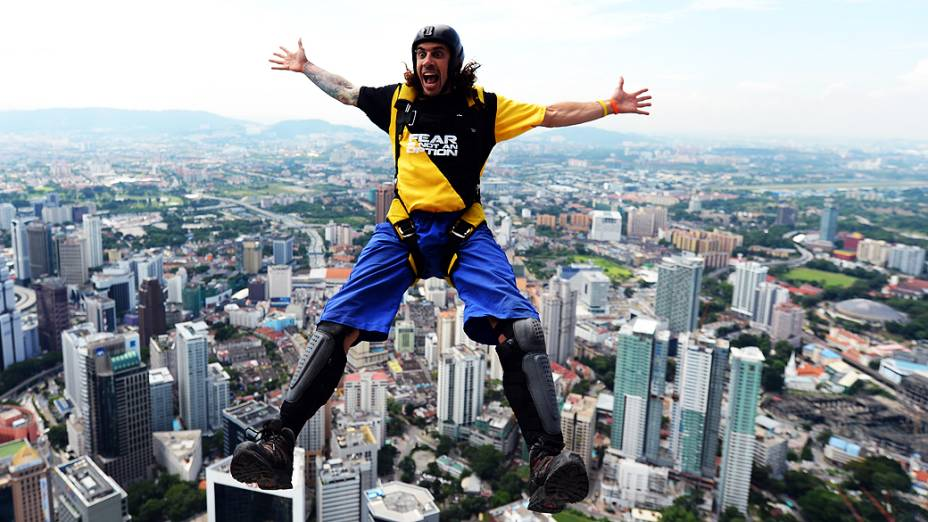 O australiano Chris McDougall dá um salto de base jump no festival Kuala Lumpur International Jump
