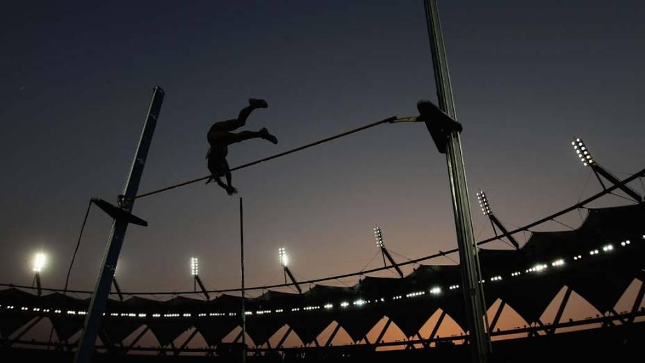 Prova de salto com vara nos Jogos Britânicos em Déli, na Índia