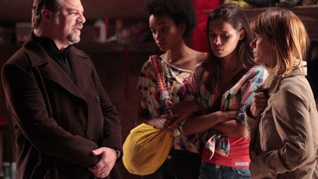 Jéssica (Carolina Dieckmann) descobre que vai ser obrigada a se prostituir