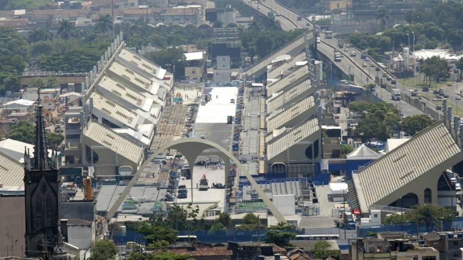 Vista geral do novo Sambódromo do Rio, com arquibancadas dos dois lados da passarela