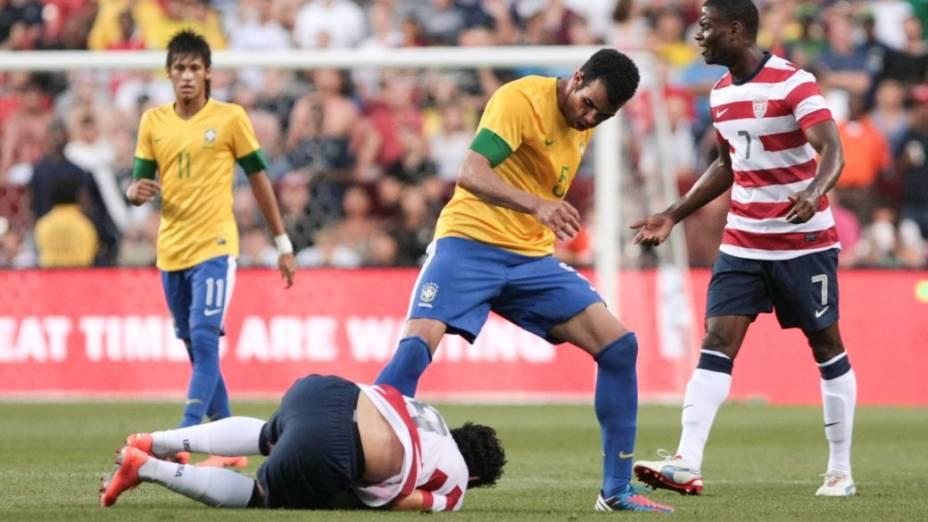Sandro disputa a bola no amistoso entre Brasil e EUA