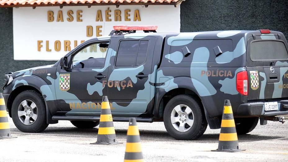Carro da Força Nacional em frente à Base Aérea de Florianópolis