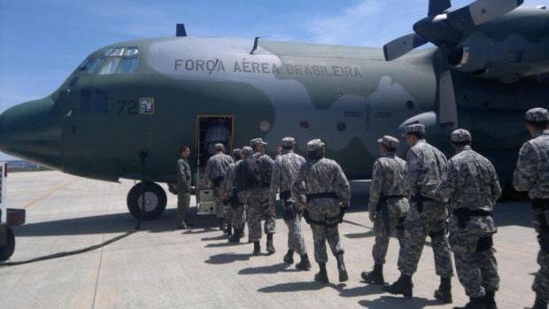 Tropas da Força Nacional embarcam em Brasília no avião da Força Aérea Brasileira, rumo a Florianópolis