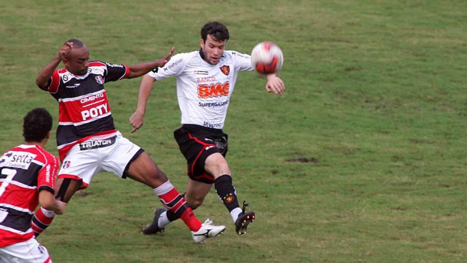 Daniel, do Sport, disputa bola com os jogadores do Santa Cruz, durante a final do Campeonato Pernambucano - 15/05/2011