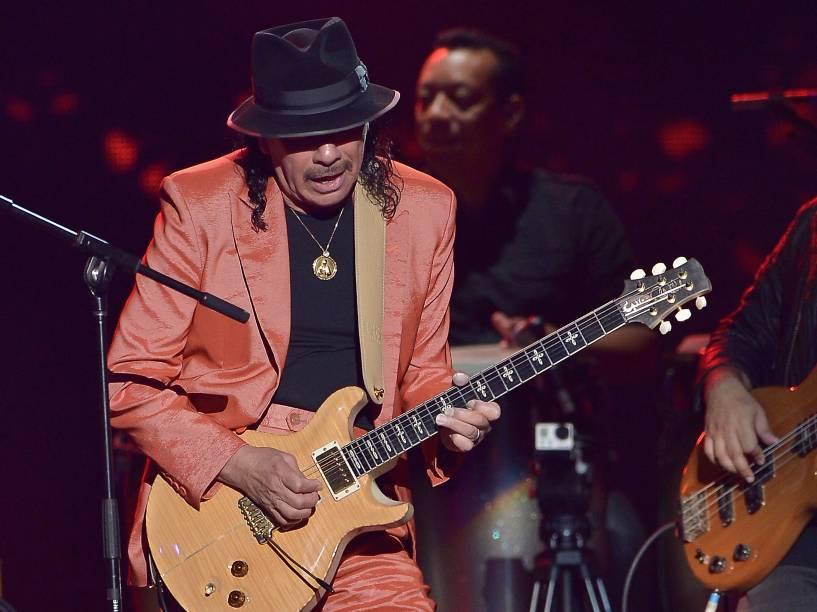 Santana no palco da premiação Billboard da Música Latina 2015
