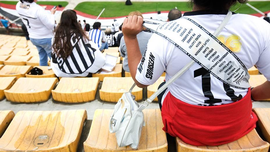 Torcedora do Santos já com a faixa de campeão antes da partida
