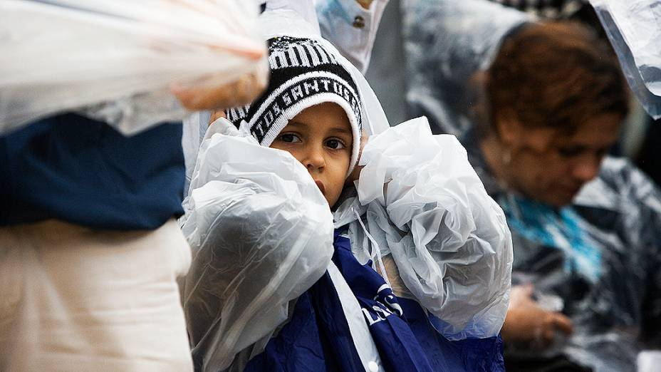 Crianças se protegem da chuva que ameaçou cair no estádio do Morumbi