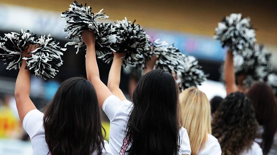 Cheerleaders do Santos passearam com o trófeu do Campeonato Paulista antes da partida decisiva