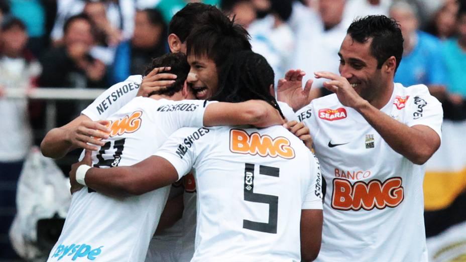 Jogadores do Santos comemoram gol de Alan Kardec durante partida disputada no estádio do Morumbi, em São Paulo<br>