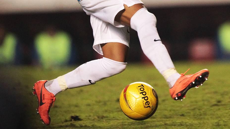 O atacante Neymar, do Santos, fez uma homenagem à sua mãe, Nadine, ao escrever o seu nome na chuteira