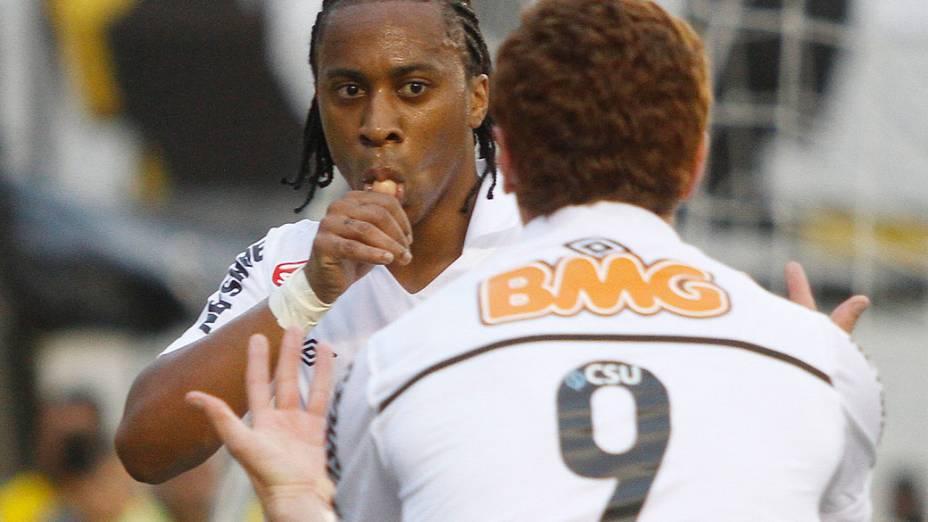 Jogadores do Santos comemoram o primeiro gol contra o Corinthians, durante o segundo jogo das finais do Campeonato Paulista - 15/05/2011