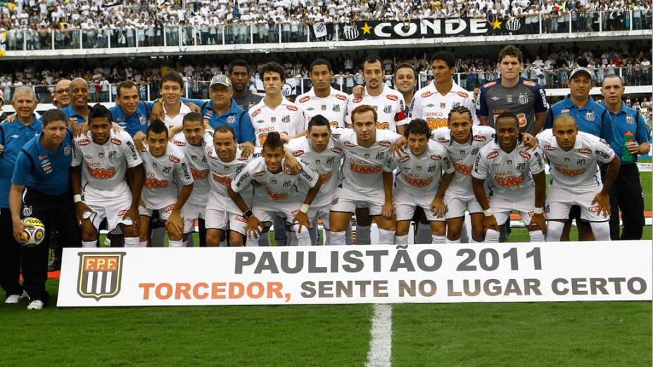 Equipe do Santos posa para foto antes do jogo das finais do Campeonato Paulista entre Santos e Corinthians - 15/05/2011