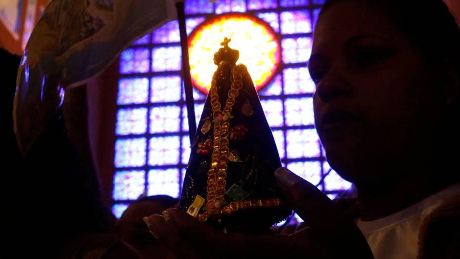 Fiel segura a imagem de Nossa Senhora Aparecida