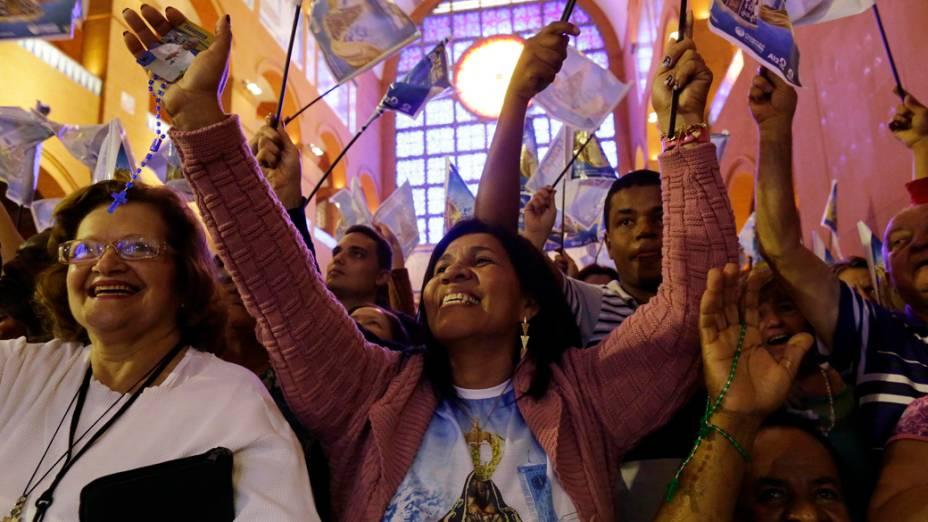 Fiéis de Nossa Senhora Aparecida participam de missa durante a manhã deste sábado, dia de Nossa Senhora, no Santuário Nacional