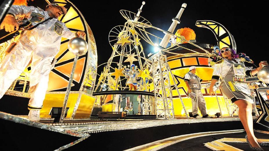Carro alegórico da São Clemente, tradicional escola da zona sul que abre a segunda noite de desfiles no Rio