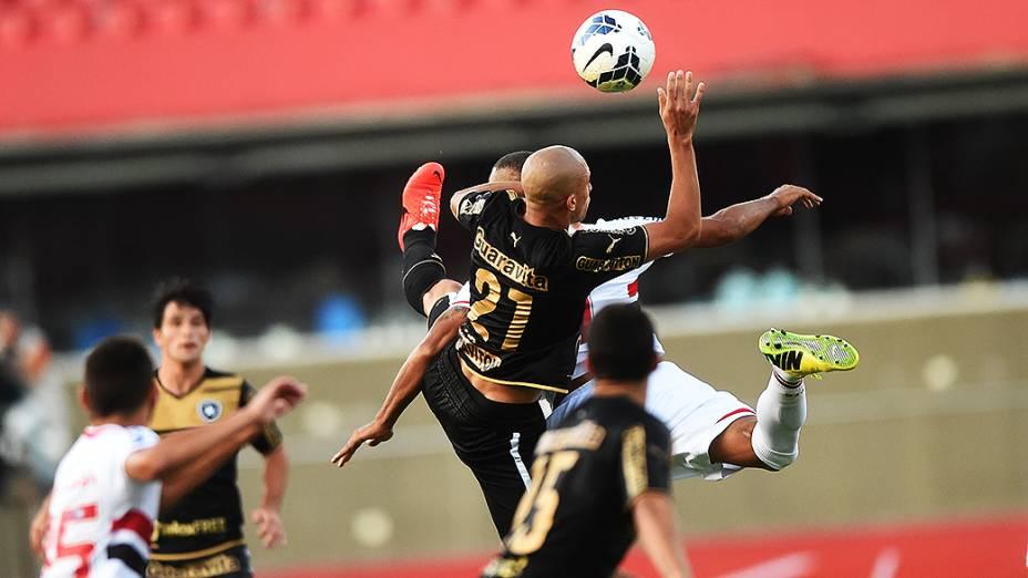 Jogadores do Botafogo e São Paulo disputam a bola, pelo Campeonato Brasileiro no Morumbi