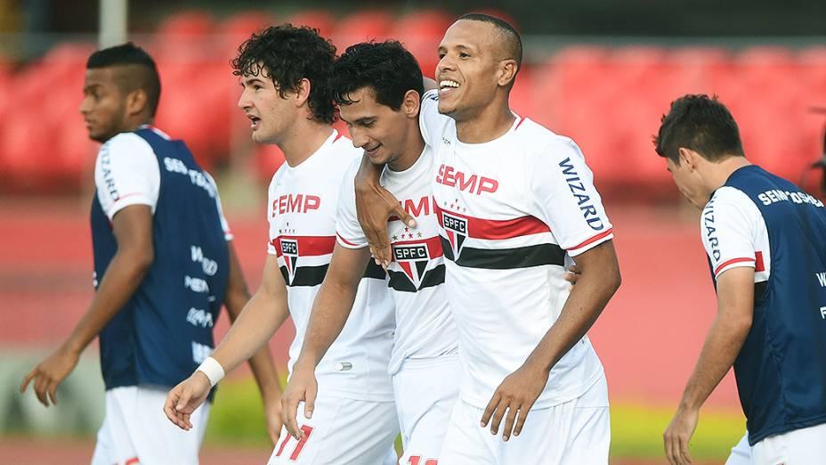 Jogadors do São Paulo comemoram vitória sobre o Botafogo, pela primeira rodada do Campeonato Brasileiro, no Morumbi