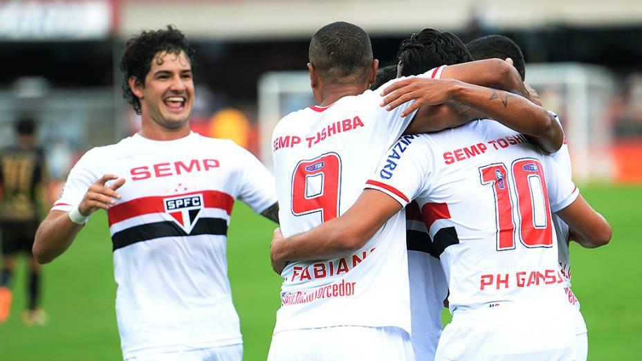 Jogadores do São Paulo comemoram gol contra o Botafogo, pelo Campeonato Brasileiro, no Morumbi