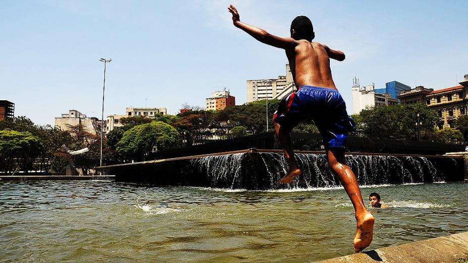 Crianças brincam em fonte na Praça da Sé no centro de São Paulo. O tempo seco fez a capital voltar ao estado de atenção