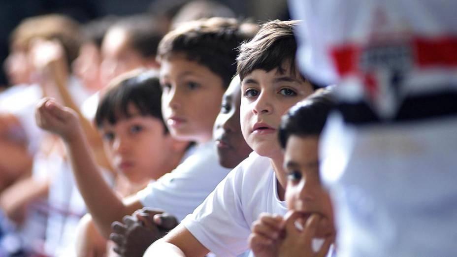 Garotos da escolinha do São Paulo se preparam para acompanhar time em campo