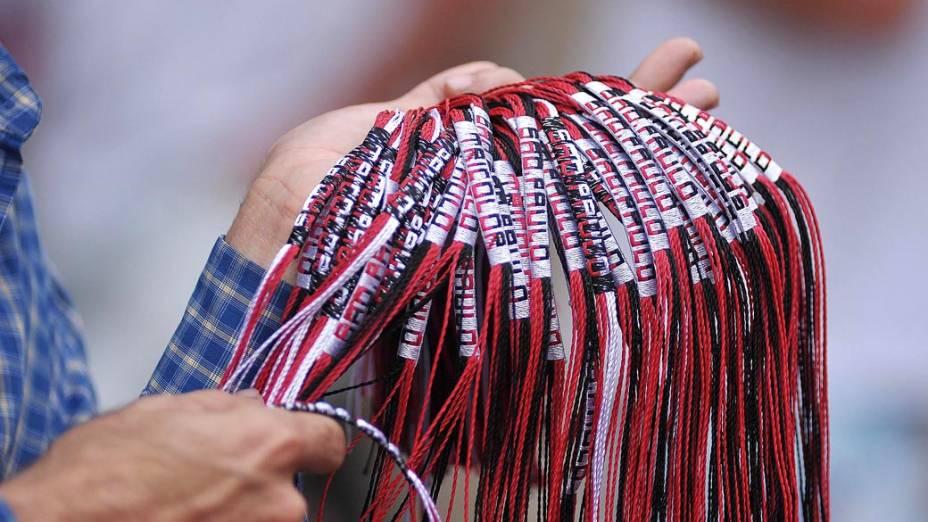 Ambulante vende pulseiras antes da partida entre São Paulo e Corinthians no estádio do Morumbi