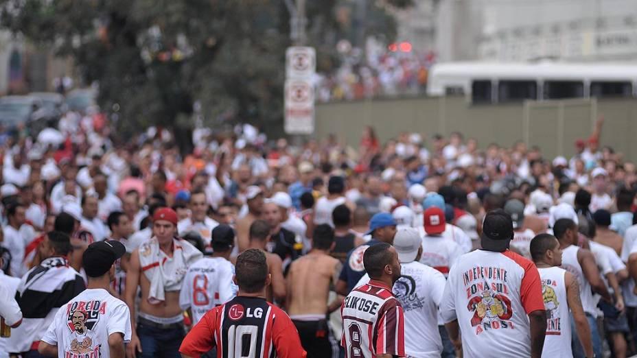Torcedores do São Paulo chegam para a semifinal do Campeonato Paulista no estádio do Morumbi