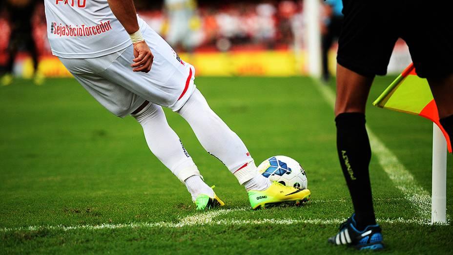 Jogador Alexandre Pato, do São Paulo, cobra escanteio em partida contra o Botafogo, pelo Campeonato Brasileiro no Morumbi