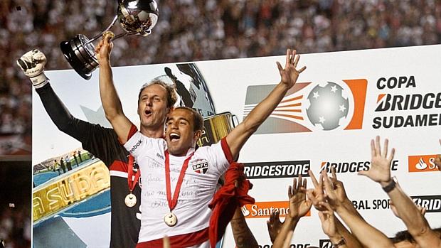 Capítão da equipe, Rogério Ceni chamou Lucas para levantar o troféu