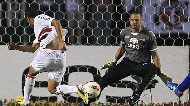 Lucas chuta no canto e marca o primeiro gol do São Paulo na final