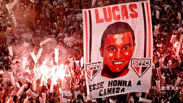 Torcida do São Paulo fez homenagens para o meia Lucas no Morumbi